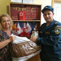Сотрудники МЧС передали Ульяновскому Красному Кресту детские вещи